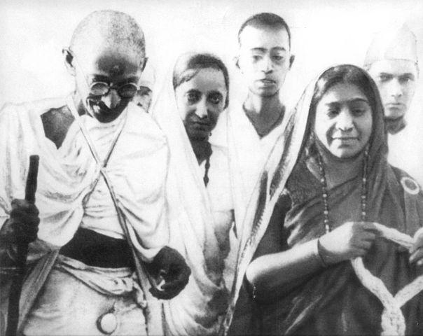 1905 में बंगाल के विभाजन के मद्देनजर, नायडू भारतीय स्वतंत्रता आंदोलन में शामिल हो गयी। उन्होंने अन्य नेताओं जैसे गोपाल कृष्ण गोखले, रवींद्रनाथ टैगोर, महात्मा गांधी से मुलाकात की।
