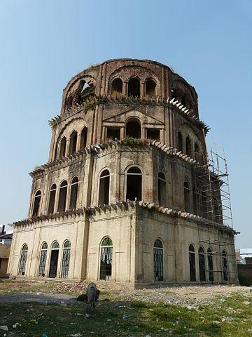 इमामबाड़ा के बाहर सतखंडा या सात मंजिला पहरे की मिनार है।
