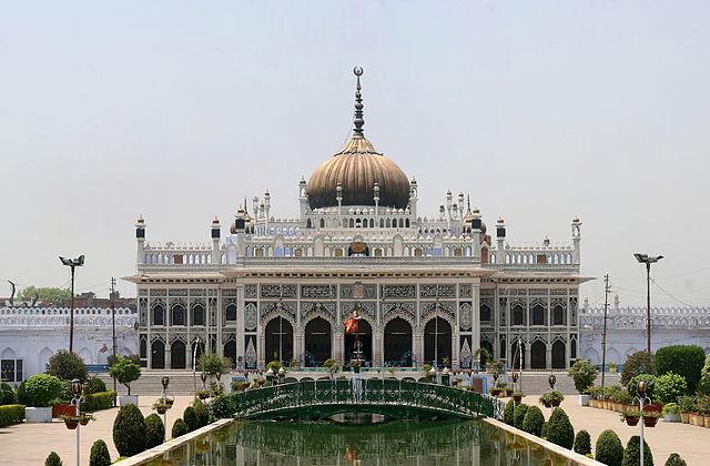 छोटा इमामबाड़ा, जिसे इमामबाड़ा हुसैनाबाद मुबारक के नाम से भी जाना जाता है, लखनऊ, उत्तर प्रदेश, भारत के शहर में स्थित एक स्मारक है।