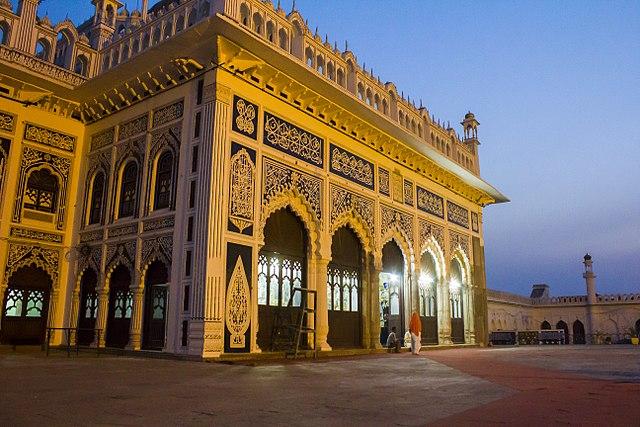पंजेटन - पवित्र पाँच अर्थात् पैगंबर मुहम्मद, हज़रत अली, हज़रत फातिमा, हज़रत हसन और हज़रत हुसैन - के महत्व को दर्शाने के लिए पाँच मुख्य दरवाजों दिया गया है।
