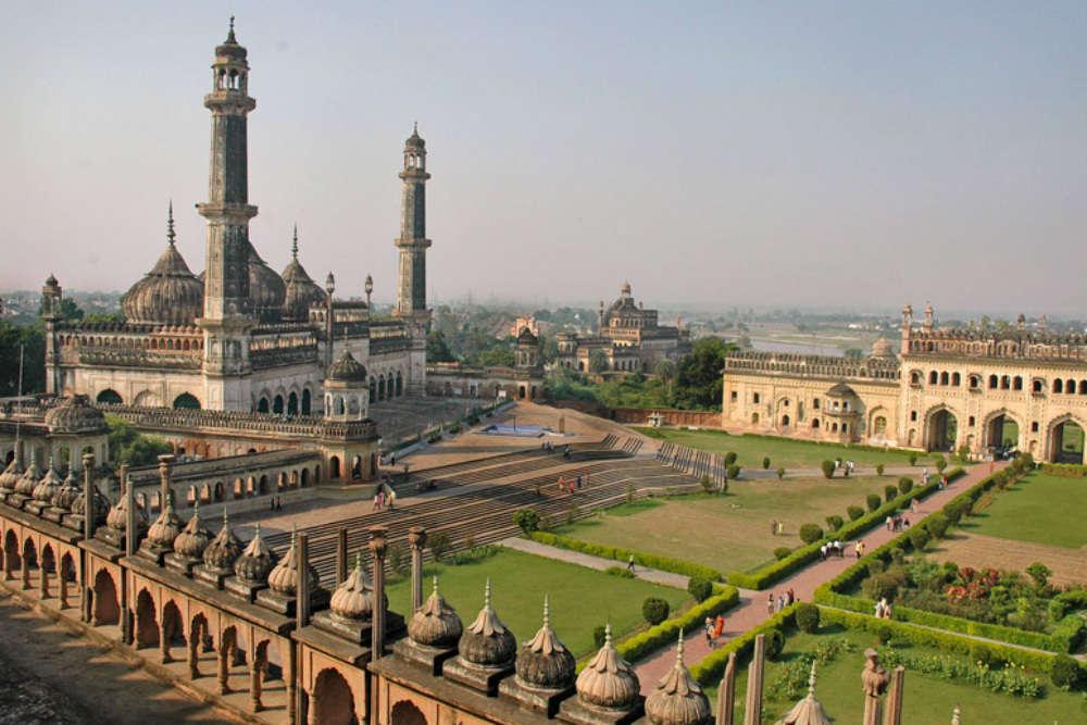बड़ा इमामबाड़ा, जिसे आसिफी मस्जिद और भूलभुलैया के नाम से भी जाना जाता है, लखनऊ, भारत है। इसे 1784 में अवध के नवाब आसफ-उद-दौला ने बनवाया था।