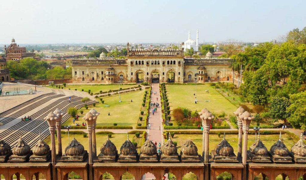 परिसर की वास्तुकला सजावटी मुगल डिजाइन के विकास को दर्शाती है, अर्थात् बादशाही मस्जिद - किसी भी यूरोपीय तत्वों या लोहे के उपयोग को शामिल नहीं करने वाली अंतिम प्रमुख परियोजनाओं में से एक है।