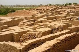 अल्लाहदीनो हड़प्पा काल से संबंधित एक छोटा सा गाँव है। यह कराची से 40 किमी पूर्व में स्थित है। 2000 ईसा पूर्व में इसे छोड़ दिया गया था।