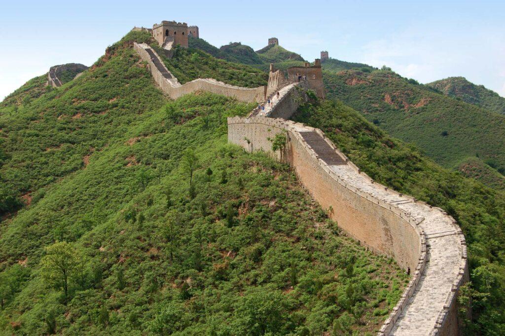 मिंग राजवंश ने चीन की आबादी और सामान्य आर्थिक समृद्धि में भारी वृद्धि देखी। हालांकि, मिंग सम्राटों को पिछले प्रशासन की समान समस्याओं के साथ जोड़ा गया था और मंचू के आक्रमण के साथ ढह गया था।