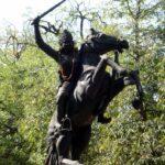 झलकारीबाई ने खुद को रानी लक्ष्मीबाई के रूप में प्रच्छन्न किया और उनकी ओर से लड़ाई लड़ी, जिससे रानी को किले से निकलने को समय मिला।