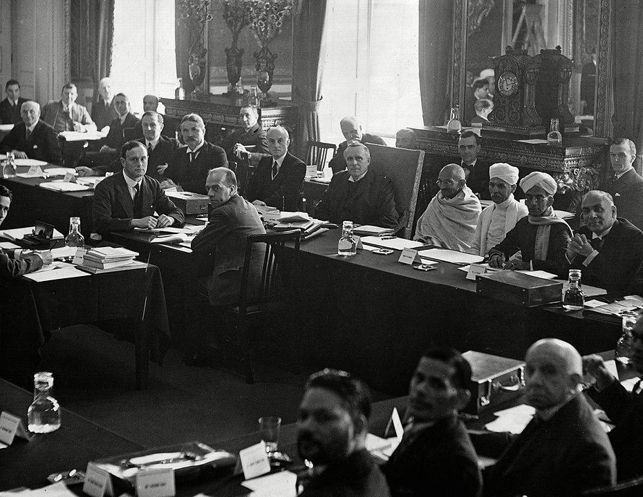 दूसरा सत्र 7 सितंबर, 1931 को खुला। इसमें महात्मा गांधी, बी.आर. अम्बेडकर और अन्य भारतीय और ब्रिटिश प्रतिनिधियों ने भाग लिया।