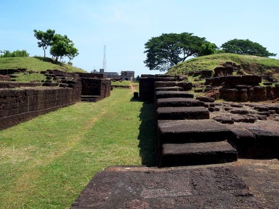 भुवनेश्वर, कलिंग के पूर्व प्रांत की प्राचीन राजधानी शिशुपालगढ़ के अवशेषों के पास स्थित है।